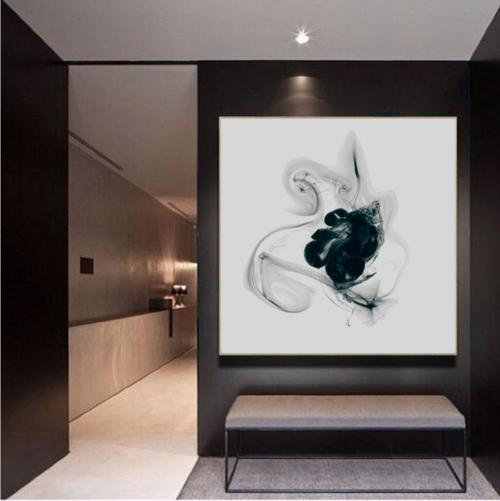 quadro bianco e nero su parete scura in ambiente minimal design